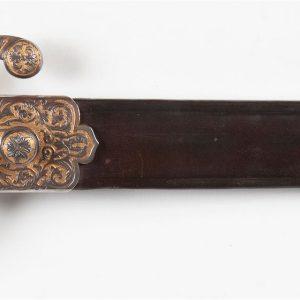 Puñal de caza damasquinado, siglo XIX, con el emblema de Carlos VII. Medidas 45,5 cms de largo por 9 cms de ancho.