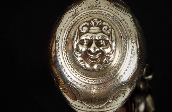 Máscara de plata de una pistola de pedernal del armero Matías Baeza fechada en Madrid 1713